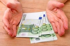100 евро и рук Стоковые Изображения