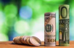 100 евро и 100 свернутых долларом США банкнот счетов Стоковое Фото