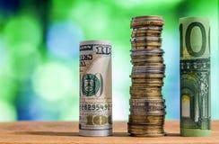 100 евро и 100 свернутых долларом США банкнот счетов Стоковые Изображения