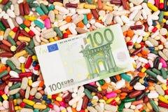 100 евро на куче различных пилюлек Стоковые Изображения RF