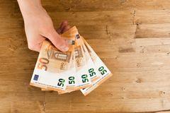Евро отсчета человека на деревянном столе стоковое фото