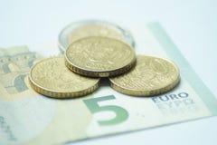 Евро 8,50 с монетками евро и банкнотой стоковая фотография rf