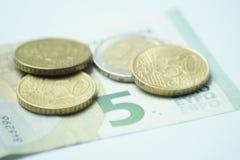 Евро 8,50 с монетками евро и банкнотой стоковая фотография