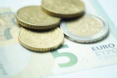 Евро 8,50 с монетками евро и банкнотой стоковое изображение