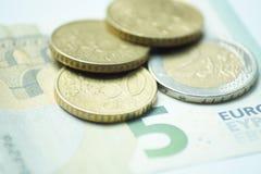 Евро 8,50 с монетками евро и банкнотой стоковые фотографии rf
