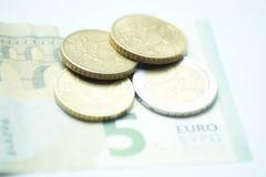 Евро 8,50 с монетками евро и банкнотой стоковые фото