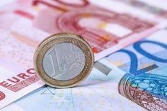 Евро чеканит на предпосылке банкнот евро, концепции дела Стоковое Изображение RF