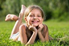девушка ¿ ï» лежа на траве в парке Стоковое Изображение
