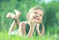 девушка ¿ ï» лежа на траве в парке Стоковые Изображения RF