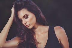 девушка брюнет в черном платье Стоковые Фотографии RF