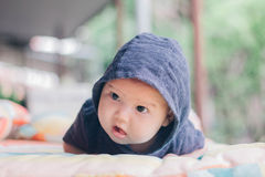 девушка бутылки младенца Стоковая Фотография