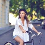 девушка велосипеда милая Стоковая Фотография
