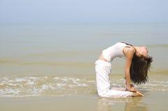 девушка выполняя йогу на пляже Стоковые Изображения RF