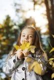 девушка в осени листьев Стоковые Изображения
