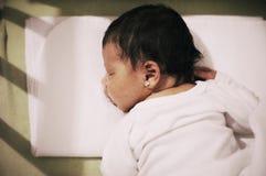 девушка голубой крышки младенца меньшяя белизна спать пуловера нося Стоковое фото RF