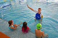 девушка ее заплывание моря мати урока маленькое Стоковые Фотографии RF