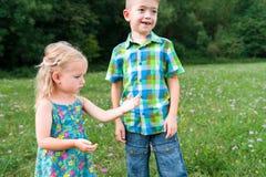 девушка держа концепцию кузнечика, любопытства и образования Стоковая Фотография RF
