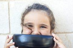 девушка заволакивания ее рот Стоковое Фото