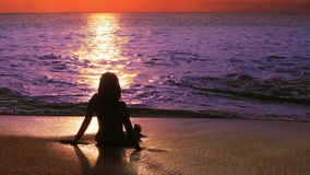 девушка загадочного силуэта сексуальная на пляже во время захода солнца акции видеоматериалы