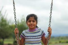 девушка играя детенышей качания Стоковые Фотографии RF