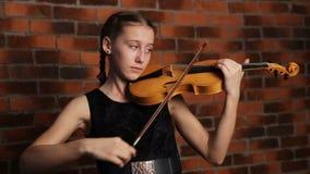 девушка играя детенышей скрипки акции видеоматериалы