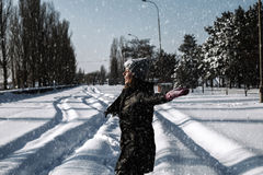 девушка играя снежок Стоковые Фотографии RF
