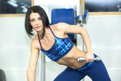 девушка идет детеныши йоги спортов Стоковые Изображения RF