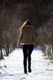 девушка идет Стоковые Изображения RF