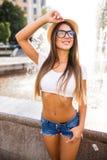 девушка идя и представляя в городе около фонтанов Стоковая Фотография