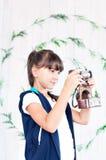 девушка камеры меньшяя старая студия съемки красивейшие детеныши женщины студии съемки танцы пар Стоковая Фотография RF
