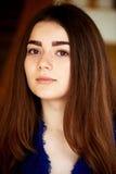 девушка камеры смотря молод Длинные темных глаза волос и коричневого цвета lifestyle Стоковые Фото