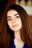 девушка камеры смотря молод Длинные темных глаза волос и коричневого цвета lifestyle Стоковое Изображение RF