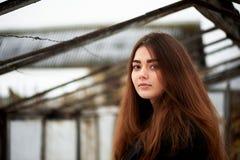 девушка камеры смотря молод Длинные темных глаза волос и коричневого цвета lifestyle стоковая фотография