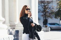 девушка кафа напольная Стоковые Изображения RF