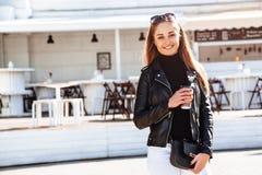 девушка кафа напольная Стоковое фото RF