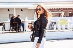 девушка кафа напольная Стоковые Изображения