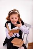 девушка книги предпосылки изолированная над белизной подростка чтения портрета Стоковое Изображение