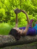девушка книги outdoors читая Стоковое Изображение RF