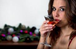 девушка коктеила выпивая стоковое изображение rf