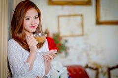 девушка кофейной чашки красотки Стоковая Фотография