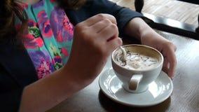девушка кофе выпивая акции видеоматериалы