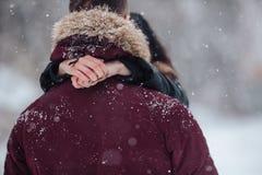 девушка красивейших пар контраста темная gived волосы его изображение целуя длиннего человека красное романтичное подняло к детен Стоковая Фотография RF
