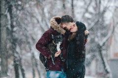девушка красивейших пар контраста темная gived волосы его изображение целуя длиннего человека красное романтичное подняло к детен Стоковые Фото