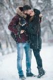 девушка красивейших пар контраста темная gived волосы его изображение целуя длиннего человека красное романтичное подняло к детен Стоковое фото RF
