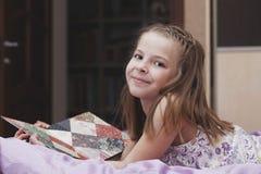 девушка кровати младенца стоковое изображение