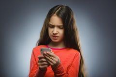 девушка клетки милая меньший говорить телефона Изолировано на сером цвете Стоковые Фотографии RF