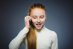 девушка клетки милая меньший говорить телефона Изолировано на сером цвете Стоковая Фотография RF