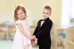 девушка мальчика вручает удерживание стоковые фото