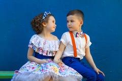 девушка мальчика вручает удерживание Valentine& x27; день s любовная история девушки сада мальчика целуя Стоковое Фото