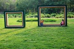 девушка мальчика влюбленнаяся дет смотрит усмешки парка Стоковые Фото